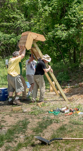 Erecting the kiosk at the Holly Glen entrance